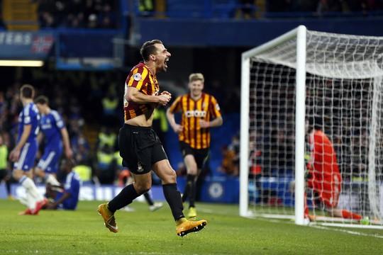 Morais trong bàn gỡ hòa 2-2 cho Bradford trước Chelsea