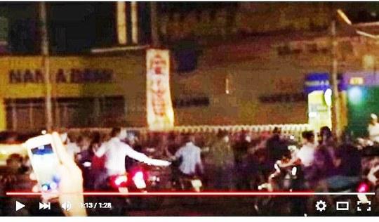 Một cảnh quay đoàn người vung kiếm, mã tấu trước quán bar cắt từ clip