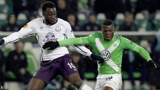 Maa (phải) trong trận gặp Everton ở Europa League vừa qua