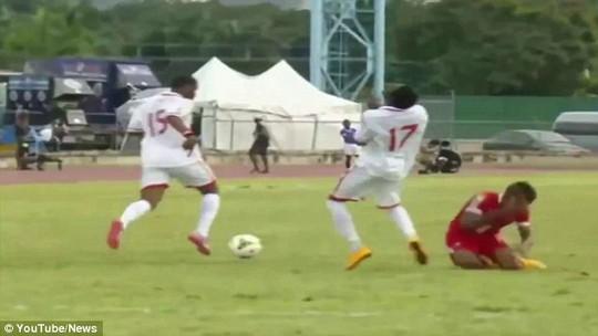 Humphrey của Trinidad &Tobago đánh người rồi lại còn ăn vạ