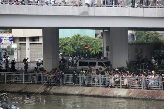 Người dân dõi theo cơ quan chức năng tìm kiếm nạn nhân