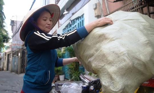 Nhặt được 5 triệu yen, chị Hồng giao cho cơ quan chức năng trả lại cho người mất, hằng ngày vẫn đi bán ve chai. Ảnh: Lê Phong