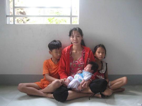 Chị Tím thẫn thờ bên 3 đứa con thơ kể từ ngày chồng bị bắt giam