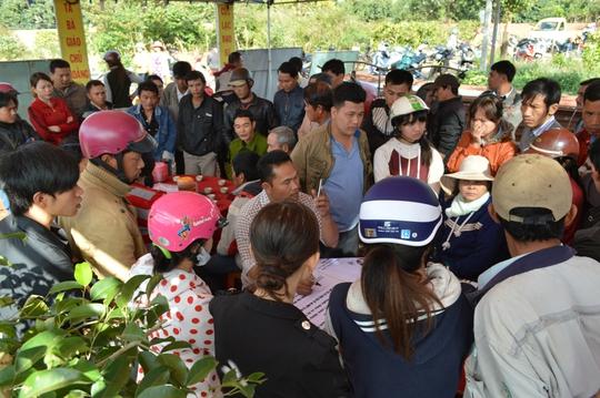 Hàng trăm người dân đến chia buồn và chung tay tổ chức tang lễ cho nạn nhân
