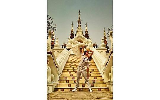 Vợ chồng anh Platt chụp hình cưới tại Thái Lan. Ảnh: Facebook