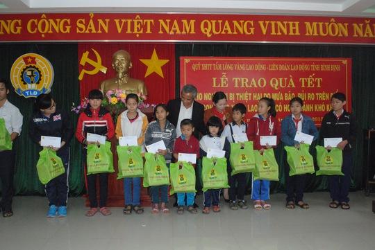 Chủ tịch Tổng LĐLĐ Việt Nam Đặng Ngọc Tùng chia vui với con công nhân nghèo tỉnh Bình Định