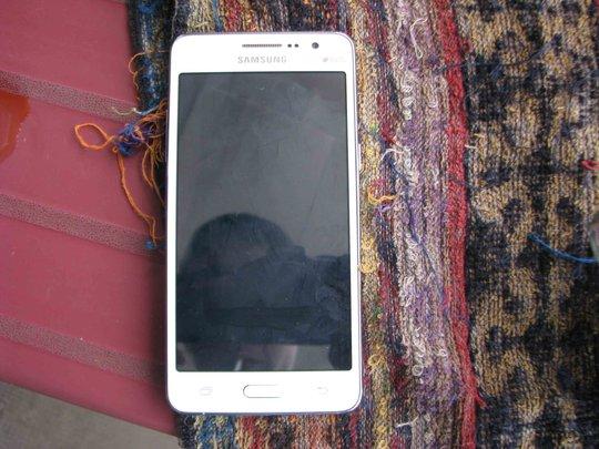 Chiếc điện thoại Samsung mà N. cho rằng bị Tr. giật lấy không cho xài trên chuyến xe đò về Vĩnh Long.