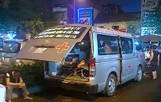 Chiếc xe cứu thương bị 3 đối tượng hành hung