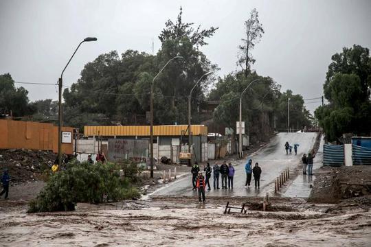 Mưa lớn gây lũ quét khiến giao thông bị gián đoạn. Ảnh: Reuters