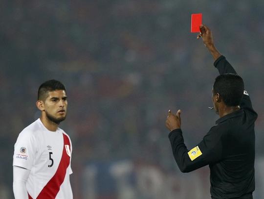 Bước ngoặc của trận đấu bắt đầu từ chiếc thẻ đỏ của Zambrano
