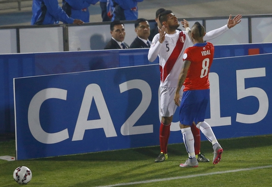 Vidal gây áp lực với Zambrano sau khi hậu vệ của Peru phạm lỗi với Sanchez