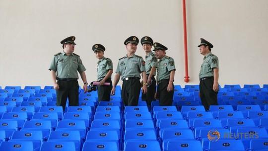 Các cố vấn Trung Quốc đi tham quan học viện ở Campuchia. Ảnh: Reuters