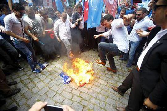 Người Thổ Nhĩ Kỳ đốt cờ Trung Quốc. Ảnh: Reuters
