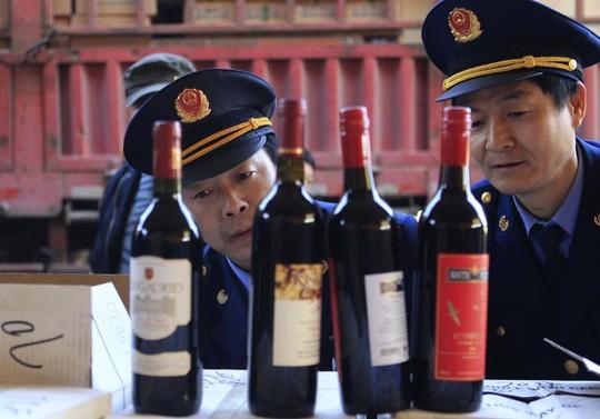 Cơ quan chức năng Trung Quốc kiểm tra rượu