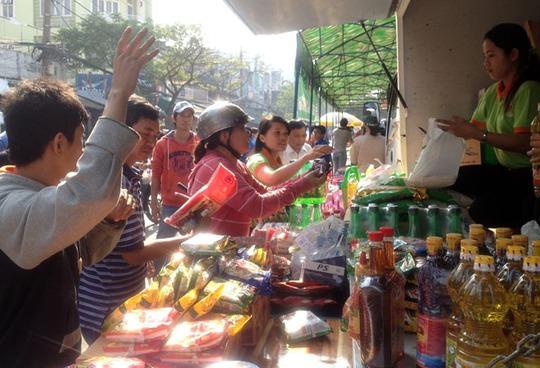 Nhiều người dân hưởng ứng phiên chợ nghĩa tình trong ngày 17-1