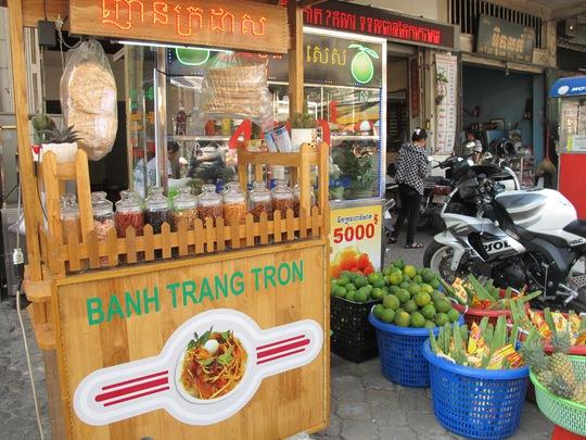 Một quầy bánh tráng trộn của người Campuchia gốc Việt tại chợ Orussey
