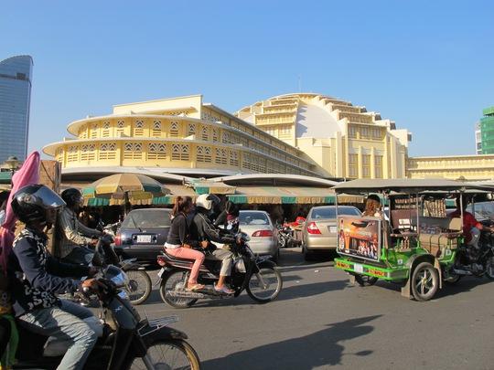 Chợ Mới nằm cạnh khu trung tâm mua sắm Sorya và nhiều địa điểm du lịch
