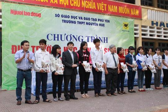 Dịp này báo Người Lao Động đã trao 10 phần học bổng cho học sinh nghèo của Phú Yên vượt khó, học giỏi