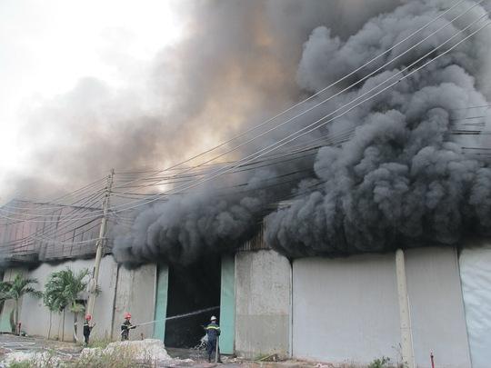 đám cháy bùng phát nhanh, lực lượng PCCC huy động nhiều chiến sĩ tham gia