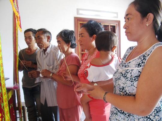 Người nhà thắp nhang cho Huỳnh Xuân Điền