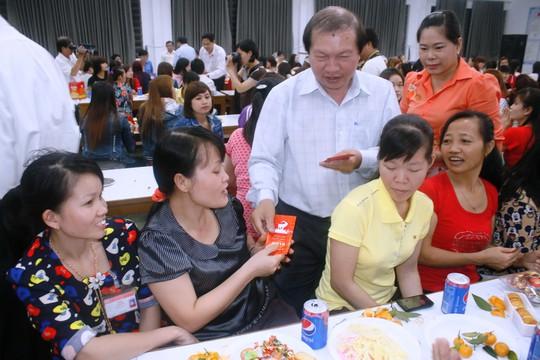 Ông Nguyễn Việt Cường, Phó Chủ tịch LĐLĐ TP, lì xì Tết cho công nhân Công ty Huê Phong