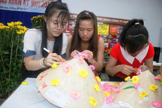 Công nhân háo hức tham gia cuộc thi trang trí nón lá