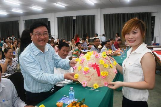 Nữ công nhân Công ty Huê Phong tặng chiếc nón lá cho ông Thân Trọng Minh, Trưởng ban Dân vận quận ủy Gò Vấp
