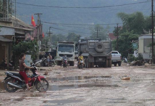"""Tỉnh lộ 532 qua huyện Quỳ Hợp, tỉnh Nghệ An xuống cấp nghiêm trọng do hằng ngày phải gồng mình """"cõng"""" xe quá tải"""