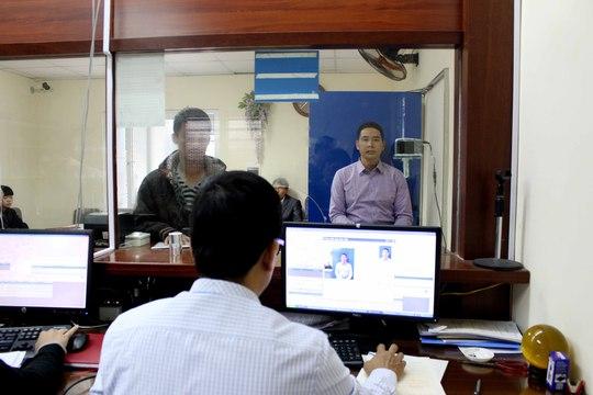 Người dân làm thủ tục cấp đổi giấy phép lái xe tại Tổng cục Đường bộ Việt Nam Ảnh: Tiến Mạnh