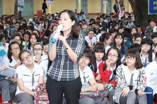 Một giáo viên đặt câu hỏi cho ban tư vấnẢnh: Huy Lân