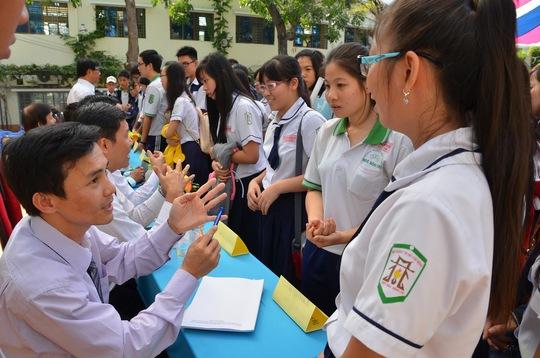 Ban tư vấn trả lời thắc mắc của học sinh trong chương trình Đưa trường học đến thí sinh 2015 do Báo Người Lao Động tổ chức Ảnh: TẤN THẠNH