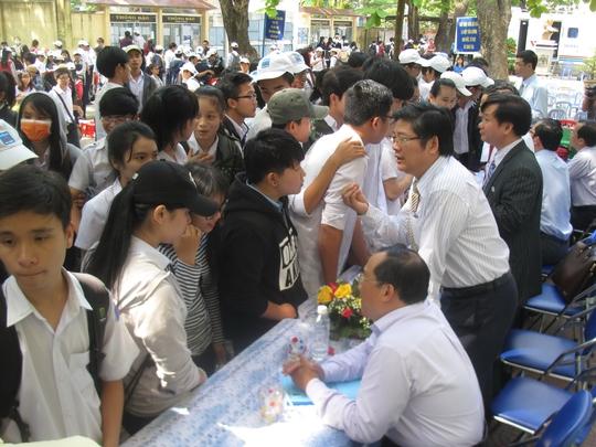 Thí sinh TP Tuy Hòa, tỉnh Phú Yên tìm hiểu thông tin về tuyển sinh 2015 từ các trường ĐH Ảnh: HỒNG ÁNH