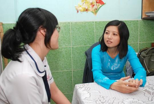 Tư vấn tâm lý cho học sinh tại Trường THPT Mạc Đĩnh Chi (TP HCM) Ảnh: TẤN THẠNH