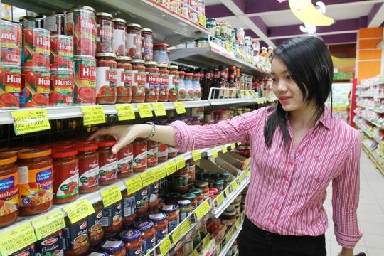 Khách chọn mua gia vị chế biến sẵn tại siêu thị Maximark, quận 10, TP HCM Ảnh: Hoàng Triều