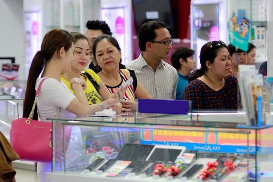 Tại nhiều trung tâm mua sắm thường có quầy tư vấn cho vay tiêu dùng của các công ty tài chính Ảnh: Hoàng Triều