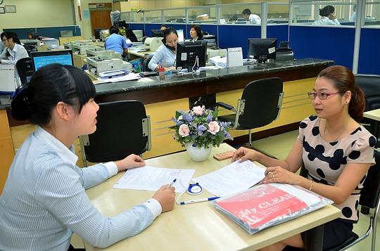 Doanh nghiệp làm thủ tục vay vốn tại Ngân hàng Đông Á Ảnh: Tấn Thạnh