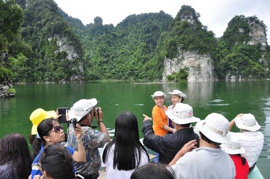 Việt Nam có nhiều danh lam thắng cảnh nhưng chưa được khai thác hết tiềm năng. Trong ảnh: Khách du lịch tham quan sông Gâm - Tuyên Quang Ảnh: Trần Dũng