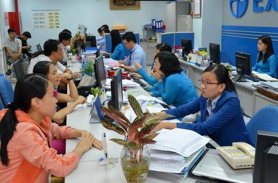 Khách hàng giao dịch tại Eximbank Ảnh: Tấn Thạnh