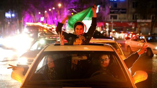Người dân Iran xuống đường ăn mừng thỏa thuận đạt được với nhóm P5+1 ngay trong đêm 2-4Ảnh: AP