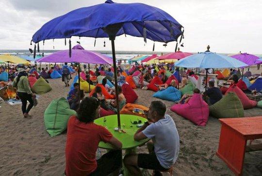Du lịch có thể bị ảnh hưởng sau khi Indonesia hạn chế bán rượu bia từ ngày 16-4 Ảnh: Reuters