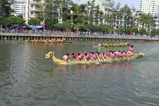 Các đội tranh tài tại giải đua thuyền truyền thống TP HCM Ảnh: SỸ ĐÔNG