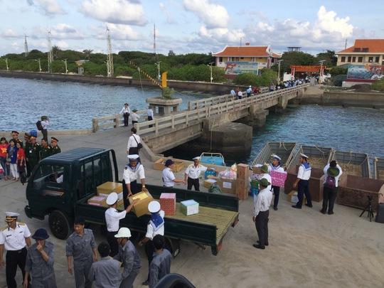 Chuyển quà từ đất liền cho quân và dân trên quần đảo Trường Sa Ảnh: Lương Duy Cường