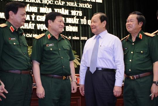 Bí thư Thành ủy TP HCM Lê Thanh Hải (thứ 2 từ phải sang) trao đổi với các đại biểu tại hội thảo  Ảnh: HOÀNG TRIỀU