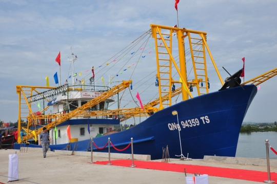 Sử dụng tàu vỏ sắt công suất lớn sẽ thay đổi cách thức tổ chức sản xuất trên biển và bảo vệ biển đảo. Trong ảnh: Một trong 2 tàu cá vỏ thép của ngư dân Quảng Ngãi được hạ thủy vào tháng 5 vừa qua  Ảnh: TỬ TRỰC