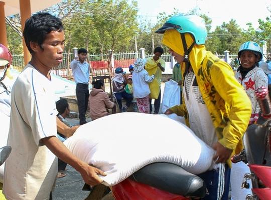 Bà con dân tộc huyện miền núi Bác Ái, tỉnh Ninh Thuận nhận gạo cứu trợ Ảnh: LÊ TRƯỜNG