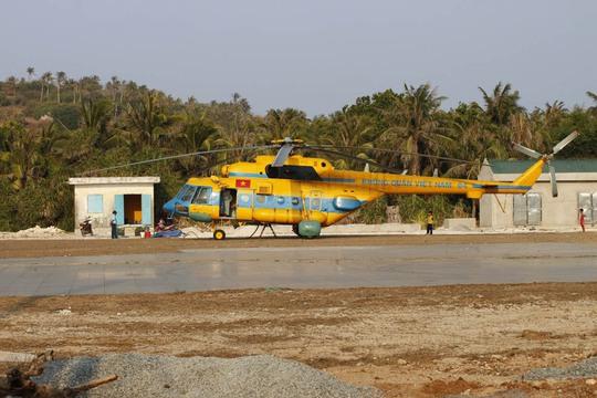 Trực thăng cứu hộ tại sân bay Phú Quý (tỉnh Bình Thuận) ngày 16-4 Ảnh: TRƯỜNG LÊ