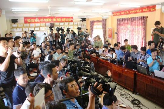 Cơ quan điều tra họp báo để thông tin về việc bắt giữ 2 nghi can trong vụ thảm sát ở Bình Phước Ảnh: LÊ PHONG