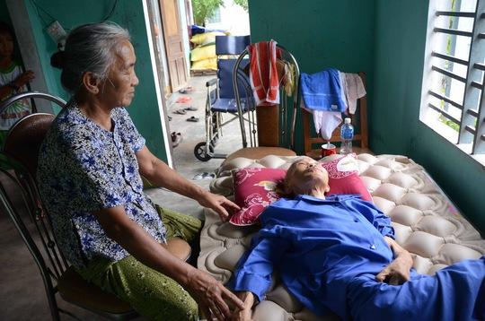 Bà Ngô Thị Phán ngồi bên người em chồng Nguyễn Thị Ân