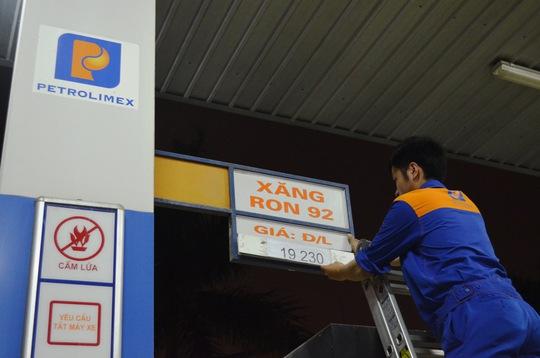 Đúng 21 giờ ngày 5-5, nhân viên cửa hàng xăng dầu số 36 (Định Công Thượng, quận Hoàng Mai, Hà Nội) thay bảng giá xăng mới. Ảnh: Nguyễn Hưởng