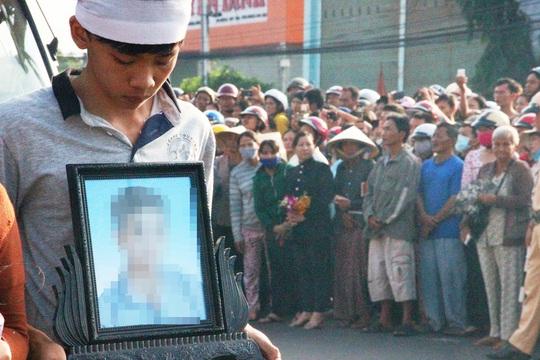 Hàng ngàn người đưa tiễn các nạn nhân trong vụ thảm sát ở Bình Phước về nơi an nghỉ cuối cùng vào sáng 11-7Ảnh: LÊ PHONG